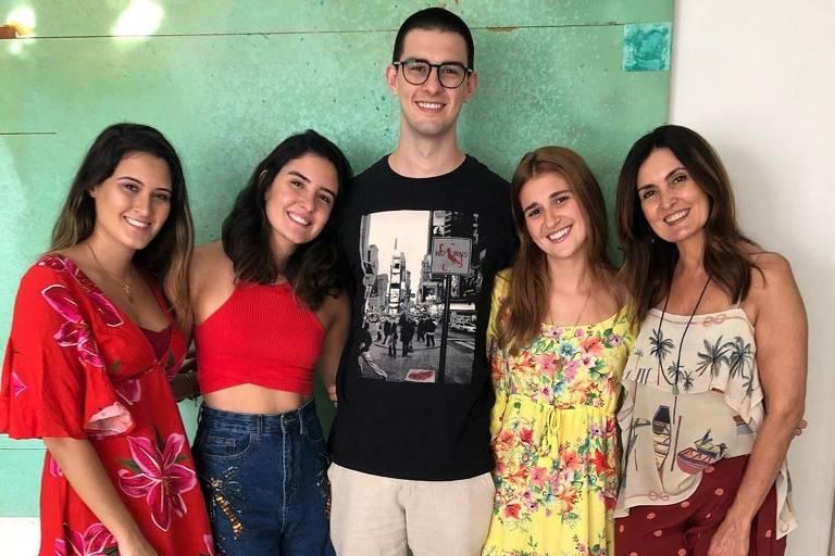 Fátima Bernardes (à dir.) com os trigêmeos Vinícius, Beatriz e Laura, além da namorada dele, Thalita Martins