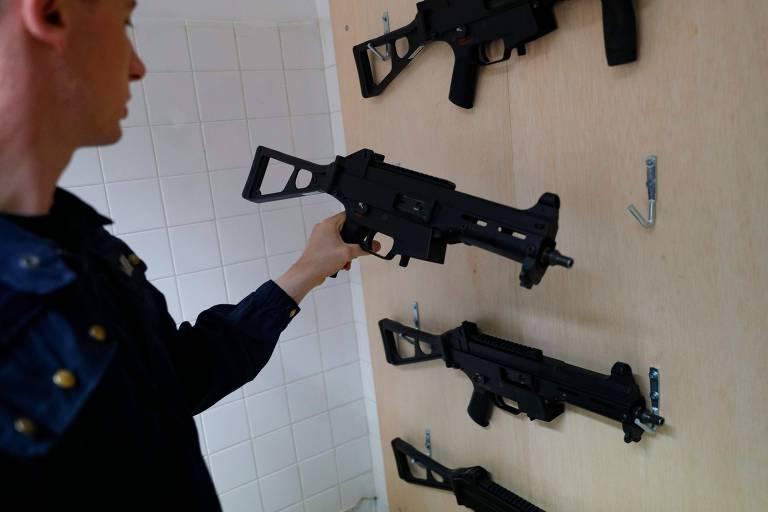 Policial francês manipula uma submetralhadora de fabricação alemã HK UMP 9mm
