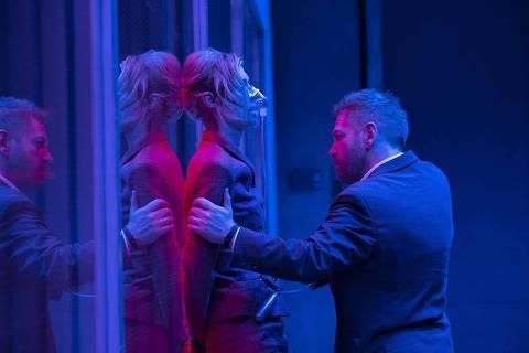 Kenneth Branagh e Elizabeth Debicki em cena do filme
