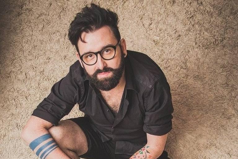 homem de óculos e barba