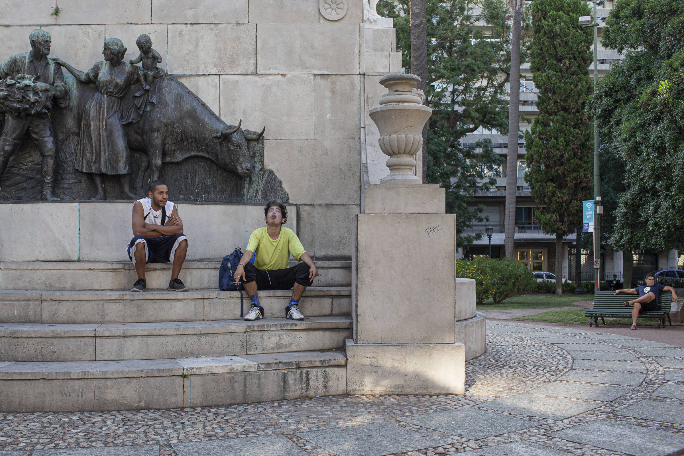 Jovens na praça Zabala, em Montevidéu