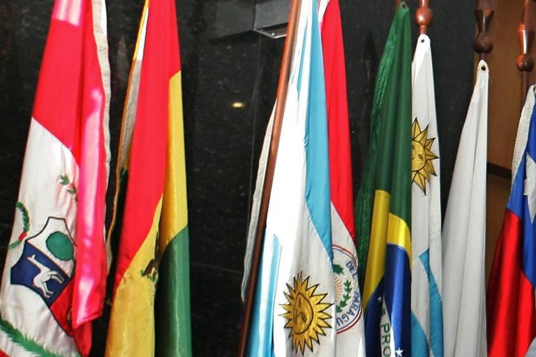 Bandeiras de países da América do Sul durante reunião da cúpula do Mercosul, em Belo Horizonte