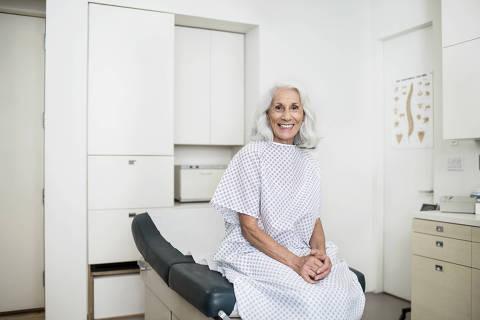 NÃO USAR ESTÚDIO FOLHA NOVARTIS Mulher em consultório médico