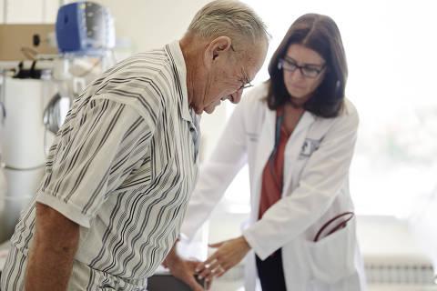 NÃO USAR ESTÚDIO FOLHA NOVARTIS Médica ajuda paciente