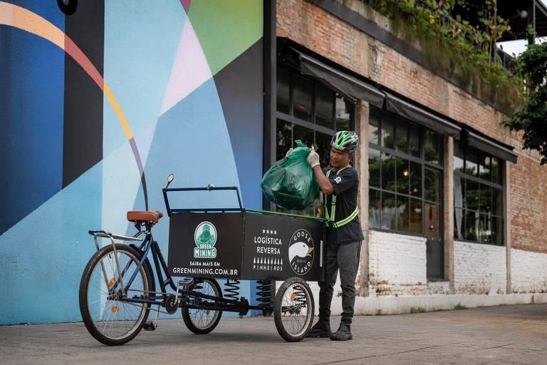 Garrafas e outras embalagens de vidro coletadas são levadas para a fábrica da Ambev, onde são recicladas