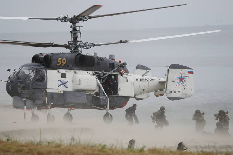 Fuzileiros navais russos desembarcam de um helicóptero Ka-27PS para exercício em Kaliningrado, no Báltico