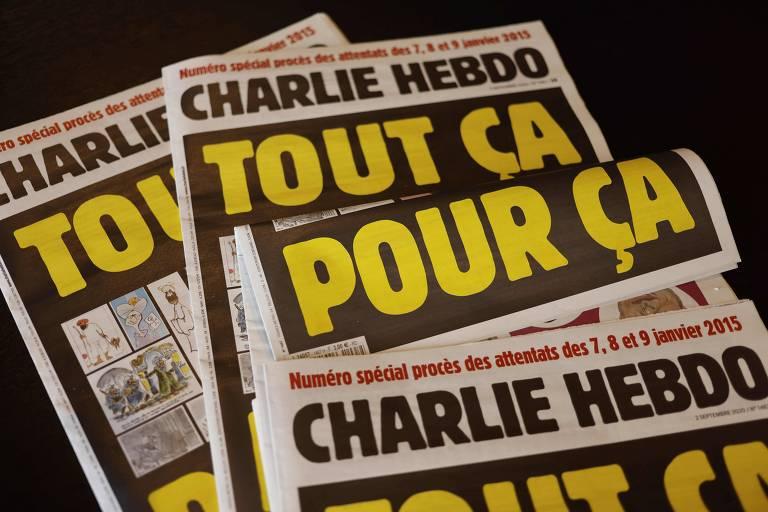 Vários jornais em cima de mesa.