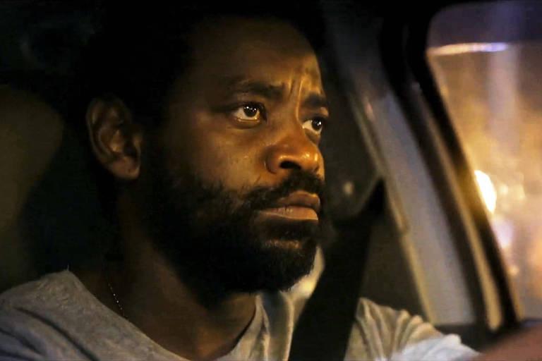 Cena do drama do Globoplay 'Breve Miragem de Sol' que retrata a história de Paulo (Boliveira), um homem que busca se reinventar após ficar desempregado e começa a dirigir um táxi nas noites cariocas
