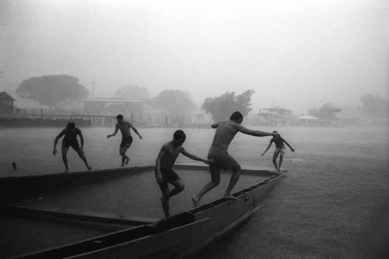 """Garotos brincam em rio em Parintins (AM) em junho de 1995 - Foto de Pedro Martinelli que está em seu livro """"Amazônia, o Povo das Águas"""""""