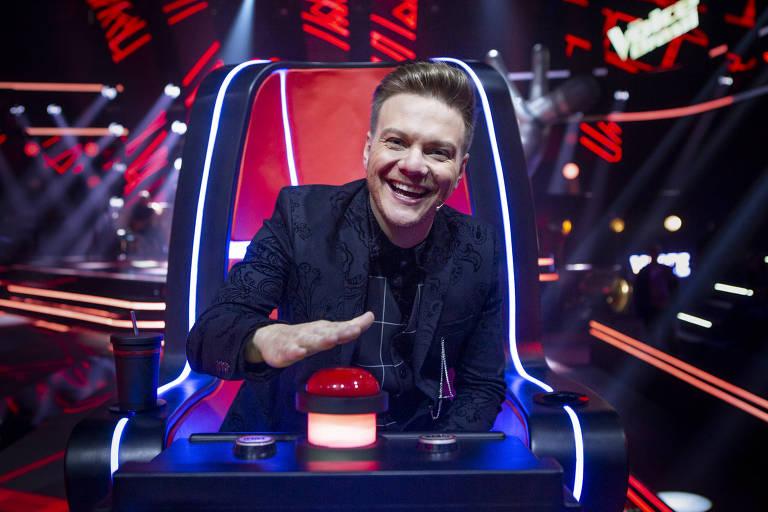 Michel Teló cumpre ritual de higienização após voltar do estúdio do The Voice