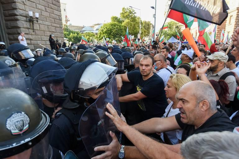 Manifestantes encaram barreira de policiais