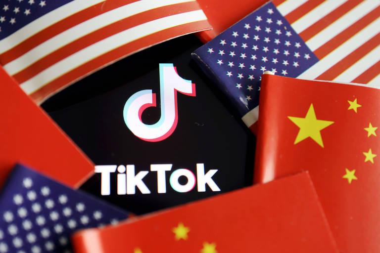 Logo do aplicativo TikTok entre bandeiras da China e dos EUA