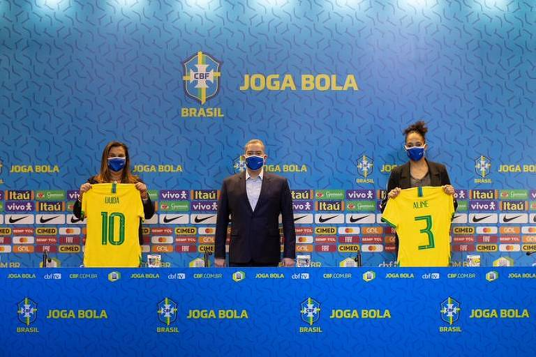 O presidente da CBF, Rogério Caboclo, anuncia Duda Luizelli (esq.) e Aline Pellegrino (dir.) para o comando do futebol feminino da entidade