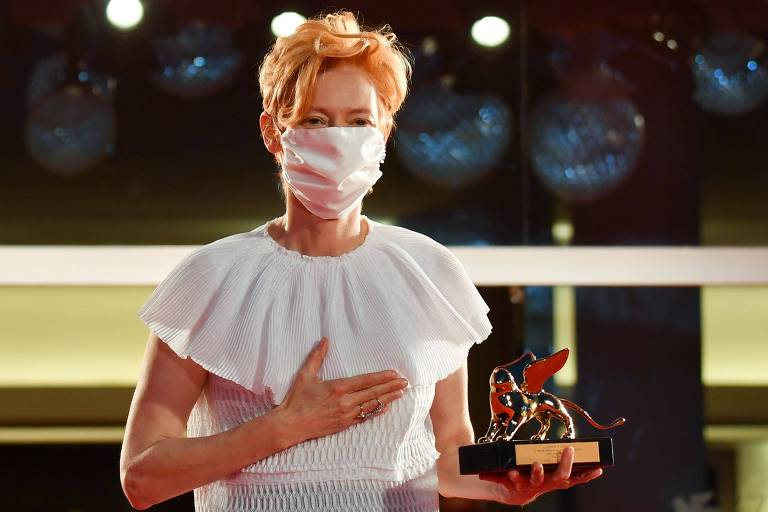Tilda Swinton grita 'Wakanda forever' ao receber prêmio no Festival de Veneza