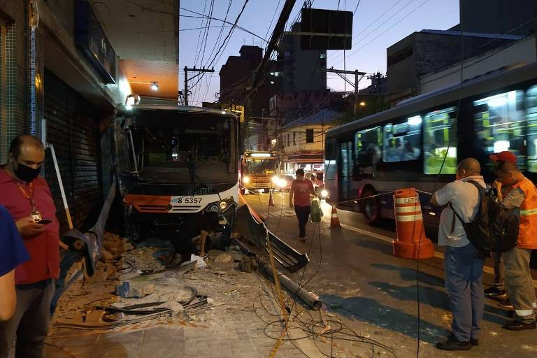 Ônibus teria desviado de um carro que o fechou e invadiu a calçada. Quatro pessoas tiveram ferimentos leves