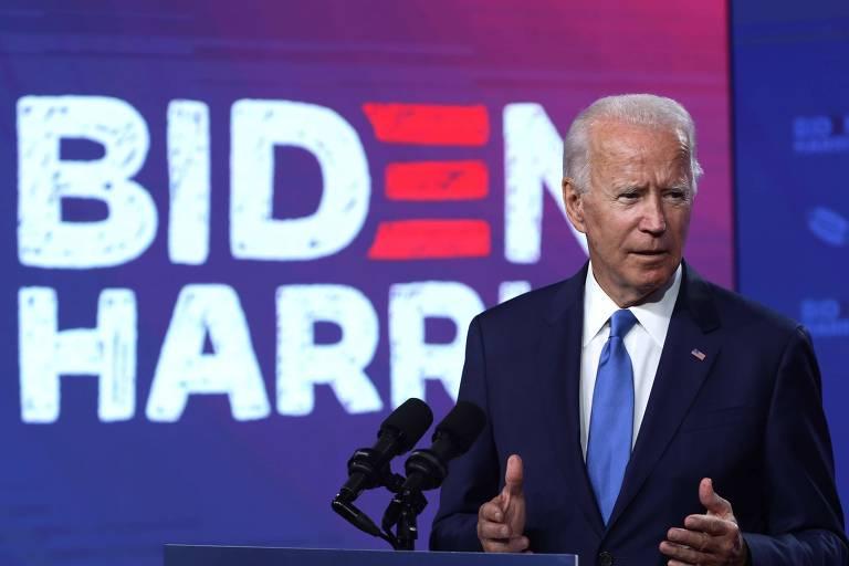 Biden discursa em pódio