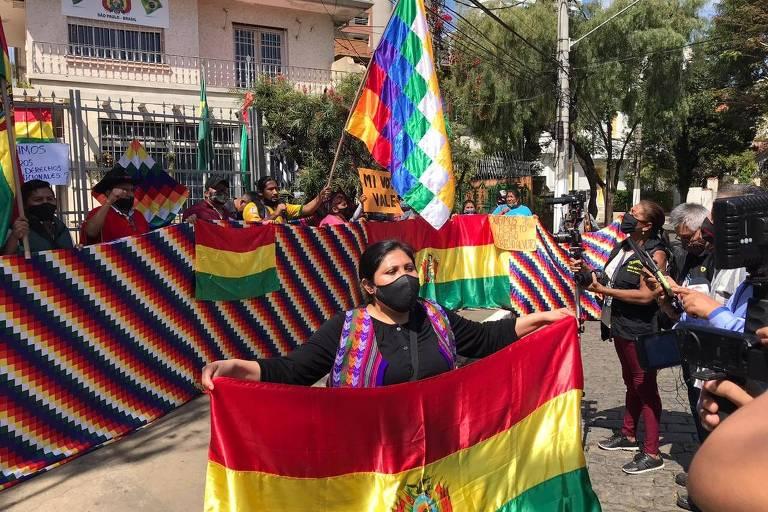 Bolivianos em SP protestam após informações de que não poderão votar para presidente