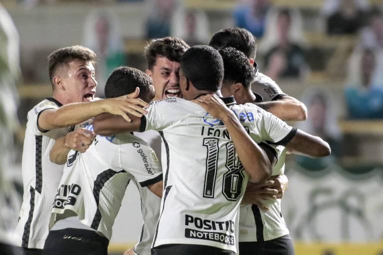 Danilo Avelar (ao centro, de frente) comemora com os companheiros o gol da vitória sobre o Goiás, em jogo da sétima rodada do Brasileirão