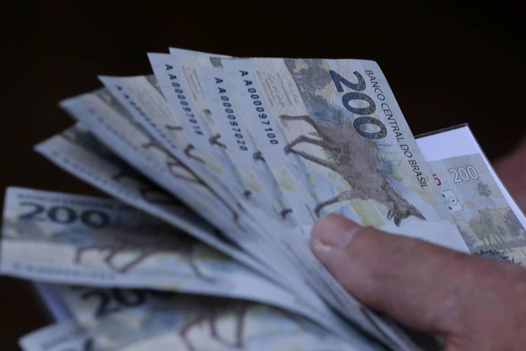 Lançamento da nova nota de R$200,00 no Banco Central. Colecionadores de notas fazem fila para serem os primeiros a adquirir a nova cédula. José Martins mostra as cédulas adquirida