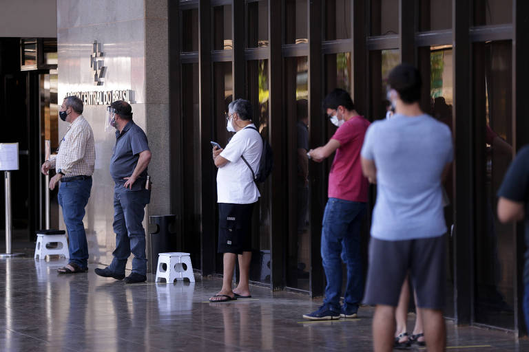 Veja fotos dos colecionadores que fizeram fila para ter nota de R$ 200