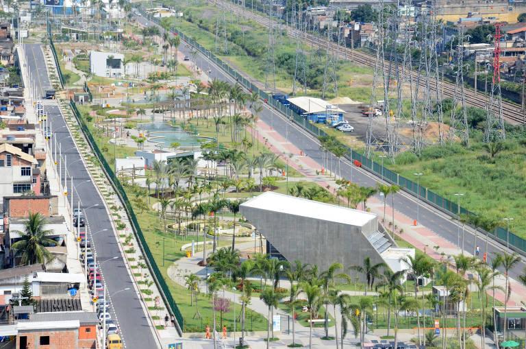 O Parque Madureira, na zona norte, teve fornecimento interrompido; vista aérea do parque, que fica ao longo de uma avenida, não tem muitas árvores, mas tem edifícios que parecem ser equipamentos culturais