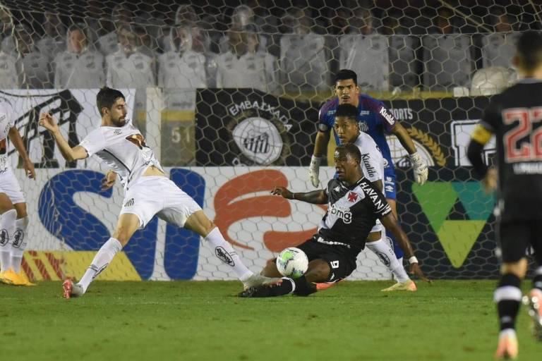Luan Peres disputa bola com Ribamar
