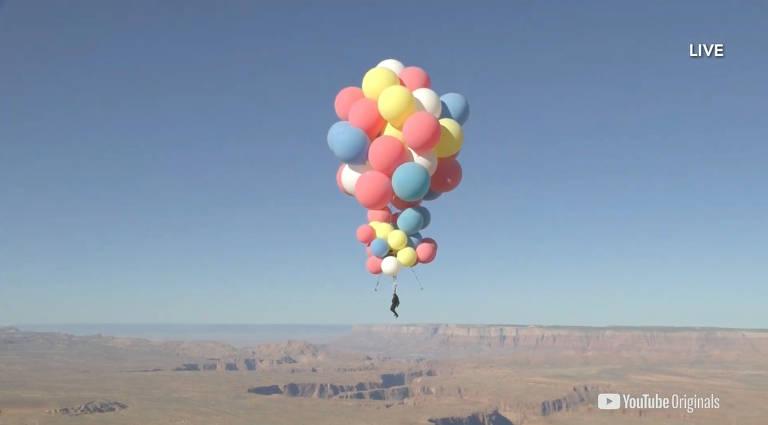 Mágico se pendura em 52 balões gigantes e voa deserto do Arizona, nos Estados Unidos