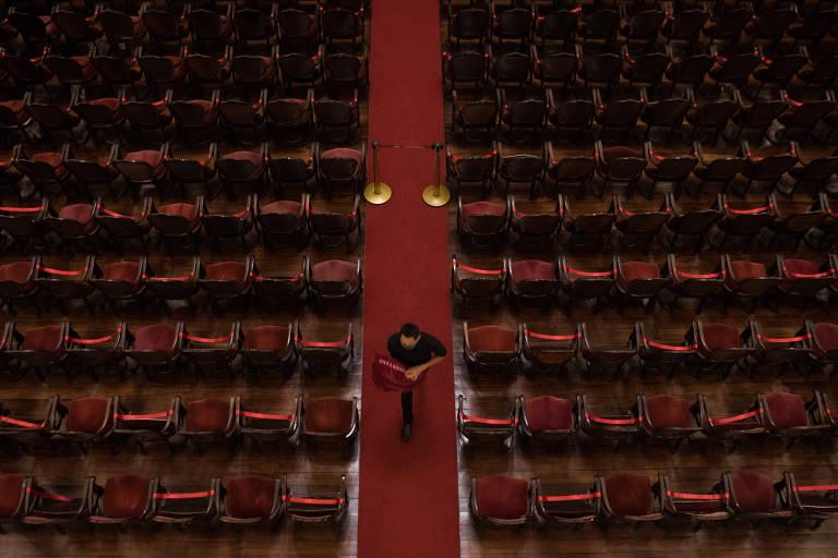Teatro Amazonas retoma apresentações com público e orquestra reduzidos