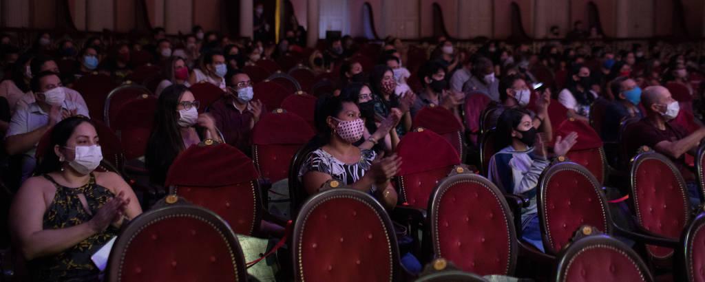 Na foto  o publico acompanha da plateia a  apresentacao da Osquestra de Violoes do Amazonas
