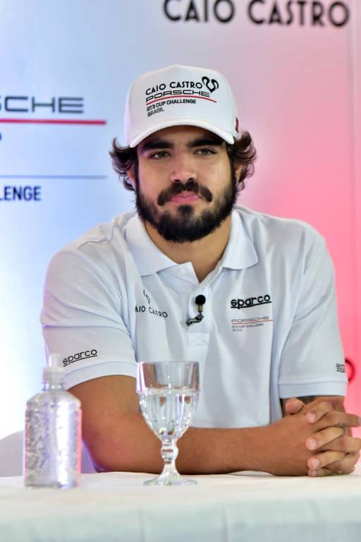 Caio Castro em coletiva aonde fala que será  piloto da Porsche Cup
