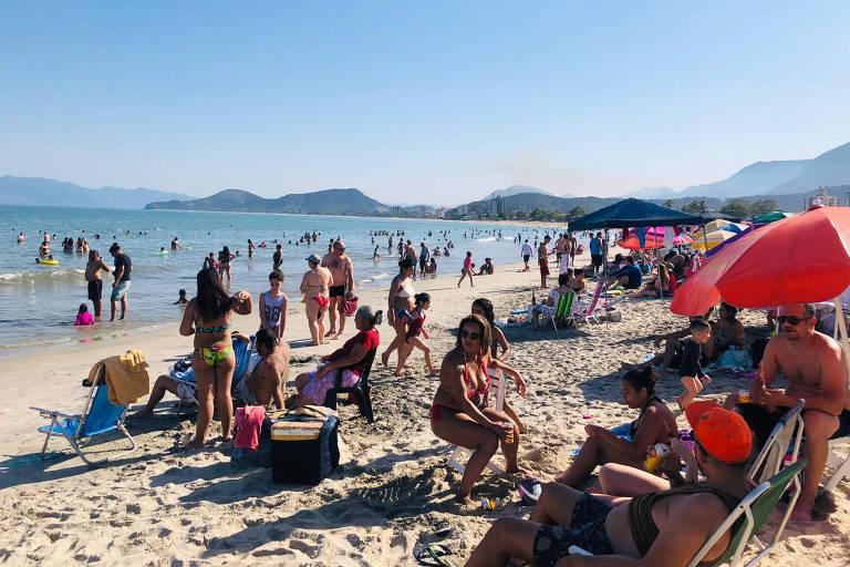 praia com banhistas