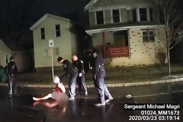 Imagem da gravação da abordagem policial de Daniel Prude mostra a vítima sentada no chão e encapuzada; o homem negro morreu sete dias depois de ser detido por agentes em Rochester, no estado de Nova York