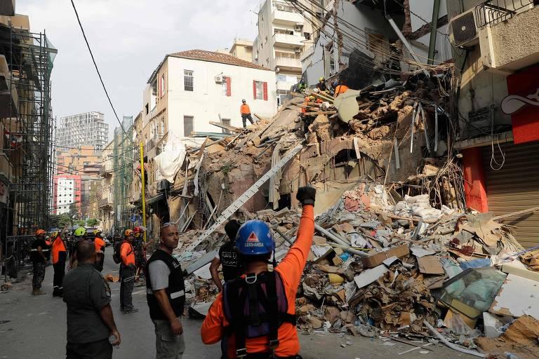 Equipes de resgate detectam sinal de vida sob escombros de Beirute um mês após explosão