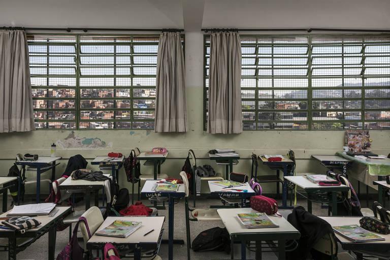 sala de aula sem alunos, pela janela se vê o bairro