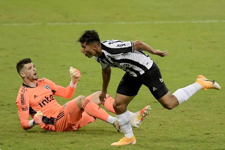São Paulo perde chances, tem gol anulado e leva três do Atlético-MG