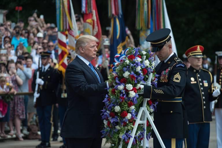 O presidente americano, Donald Trump, coloca coroa de flores no Túmulo dos Desconhecidos no Cemitério Nacional de Arlington, durante o Memorial Day de 2017