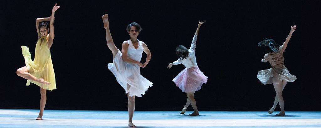 Quatro mulheres dançam balé no palco