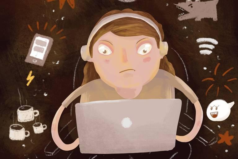Menina usa computador, sentada em uma cadeira, usando fones de ouvido. Ao seu redor, diversos objetos (xícaras de café, cachorro latindo, celular tocando)