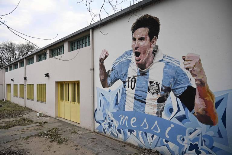 Pintura de Messi com a camisa da seleção argentina em parede de escola