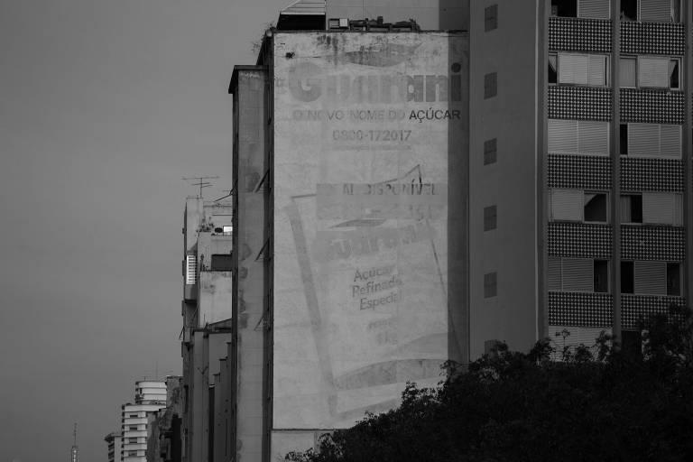 Publicidade desgastada em prédio no elevado João Goulart, no centro