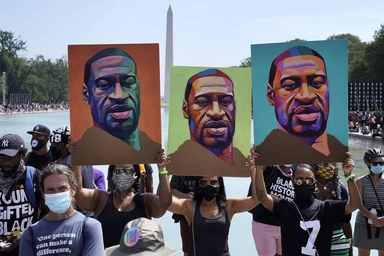 Manifestantes seguram cartazes em Washington