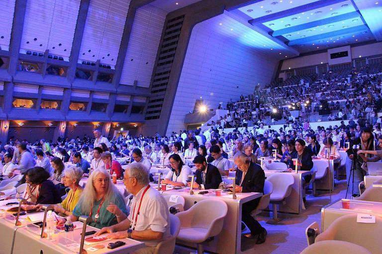 Várias pessoas sentadas em mesas