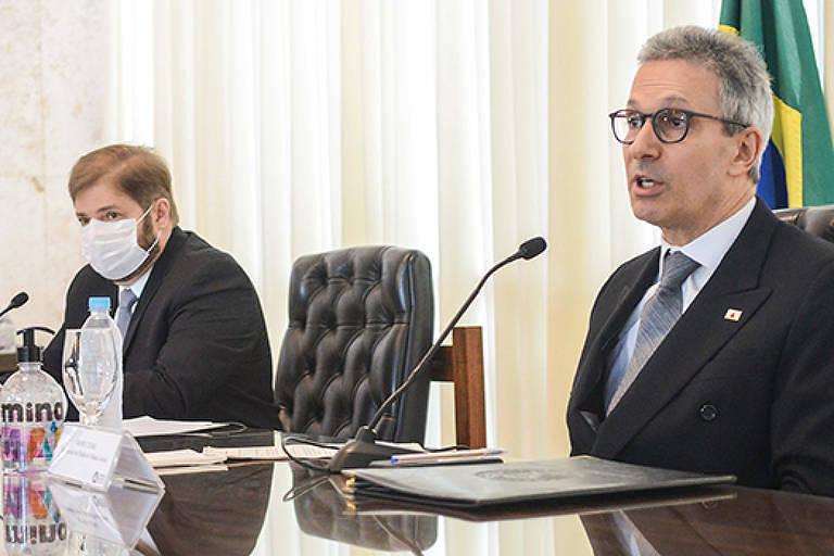 Romeu Zema (Novo) entregou projeto de reforma da previdência ao presidente da Assembleia Legislativa, Agostinho Patrus (PV), no final de junho