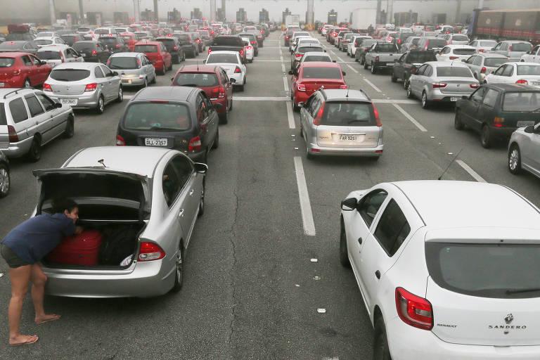 Motorista enfrenta congestionamento rumo ao litoral de SP