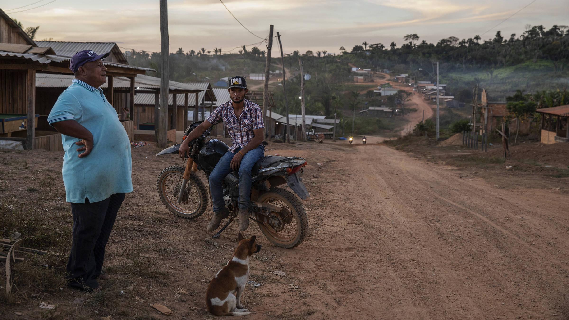 Moradores da conversam na rua principal da Vila Renascer, formada por invasores dentro da Terra Indígena Apyterewa, no Pará
