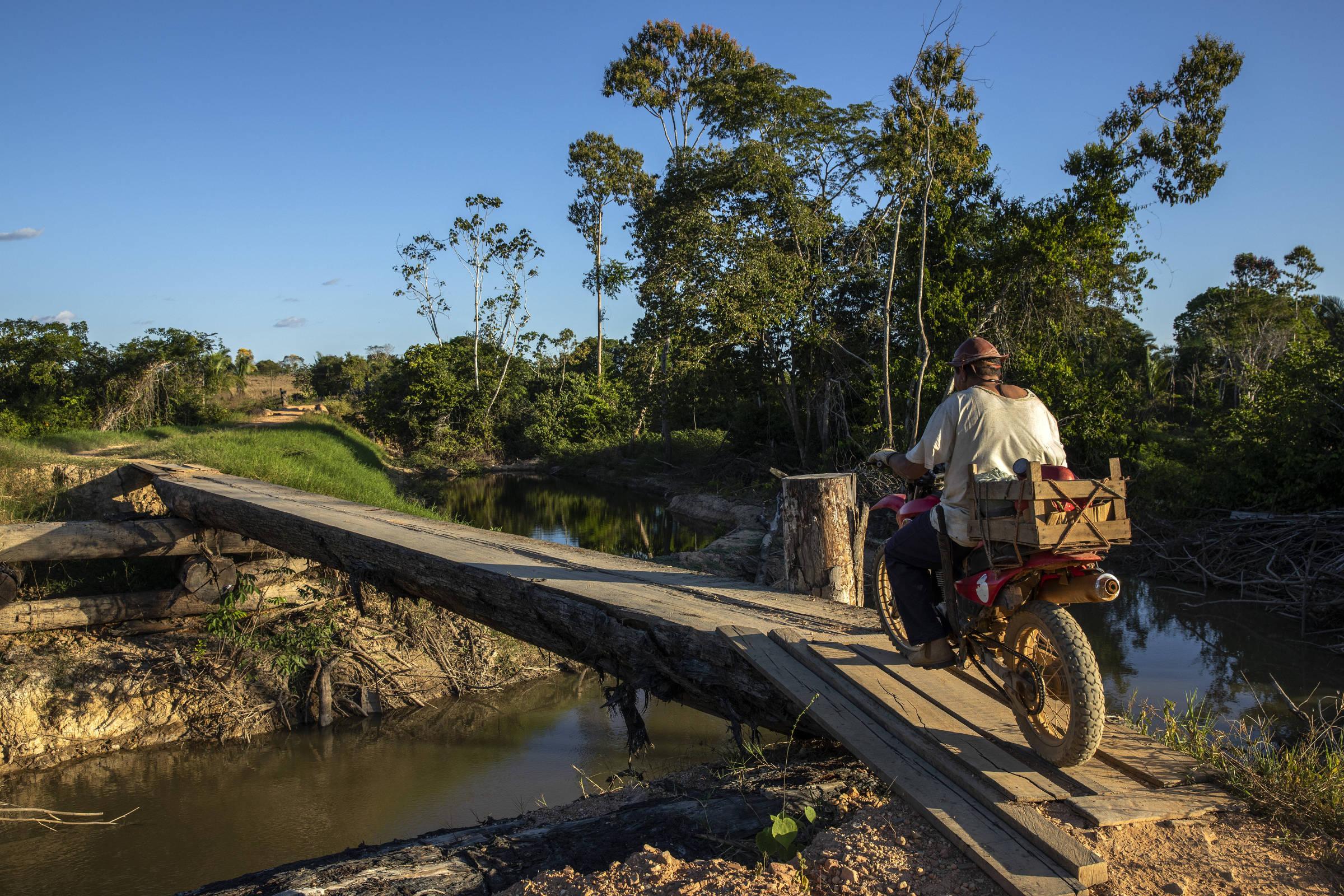 Acima, área desmatada por grileiros dentro da Terra Indígena Trincheira Bacajá; na segunda imagem, posseiros utilizam a ponte que da acesso a terra indígena. Em abril uma operação do Ibama destruiu a ponte, que foi reconstruída pelos invasores.