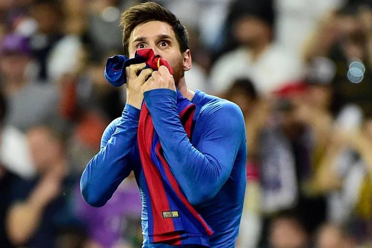 Lionel Messi beija a camisa do Barcelona na comemoração do gol marcado no clássico contra o Real Madrid