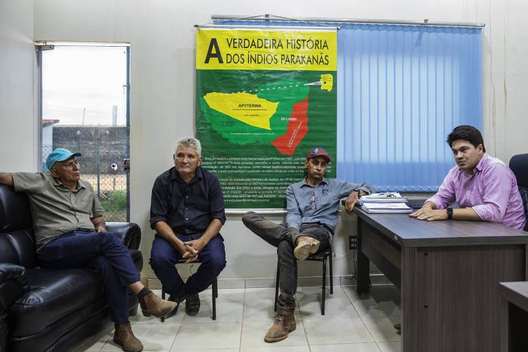 Osias da Silveira (de boné azul), Vicente Paulo (de cabelo grisalho), Adelson Costa (de boné) e o advogado Igor Franco, representantes dos posseiros que invadiram a Terra Indígena Apyterewa, durante entrevista a Folha na prefeitura de São Felix do Xingu