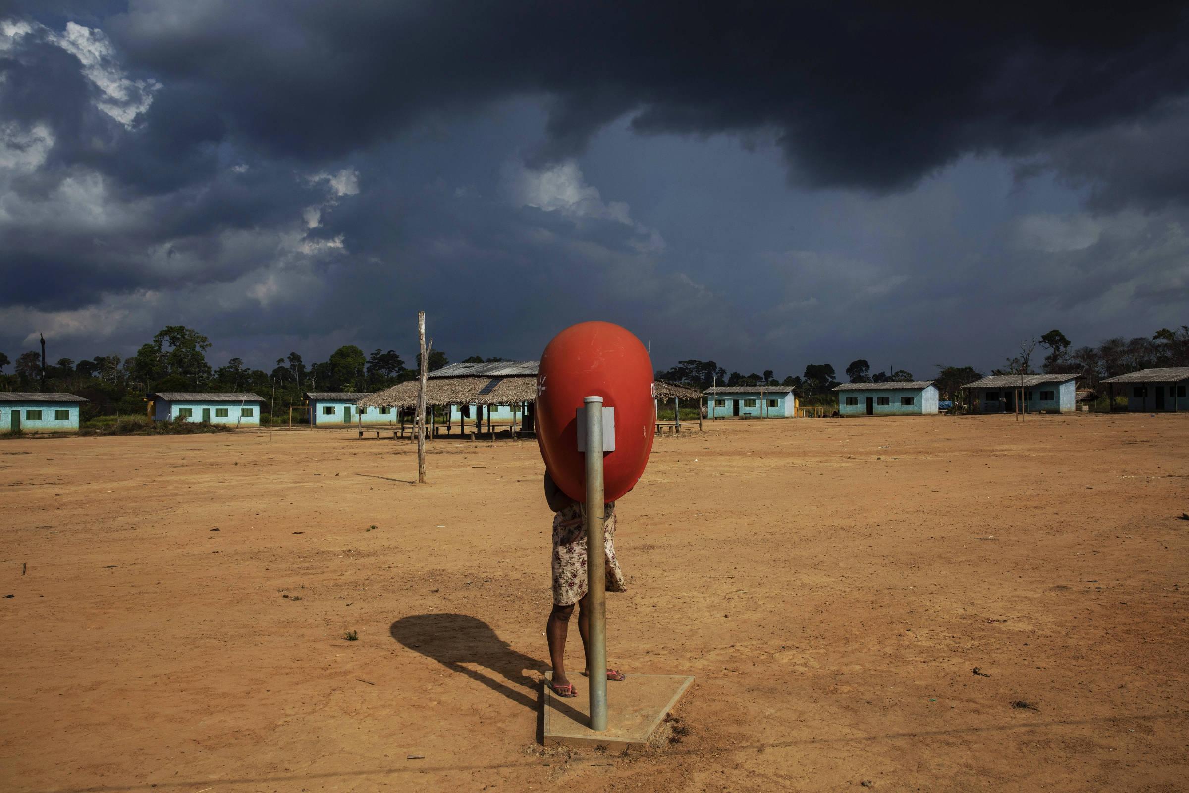 Telefone público na aldeia Rapko na Terra Indígena Trincheira Bacajá, no Pará, que teve parte de sua área invadida e desmatada por grileiros