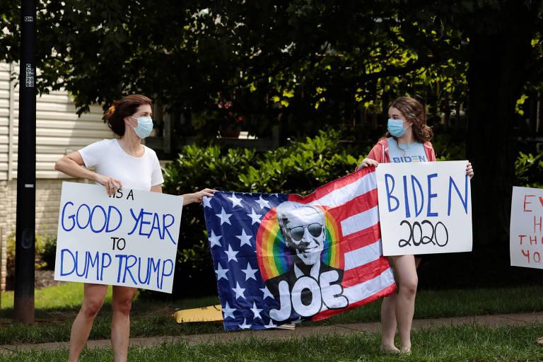 Manifestantes com cartazes de apoio a Biden em frente ao clube onde Trump jogava golfe na Virginia